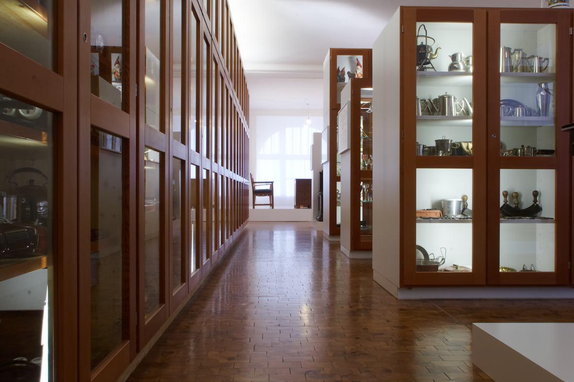 Blick in die Dauerausstellung des Werkbundarchiv - Museum der Dinge, Gang mit Holz-Vitrinen, Foto Tim Schnetgoeke