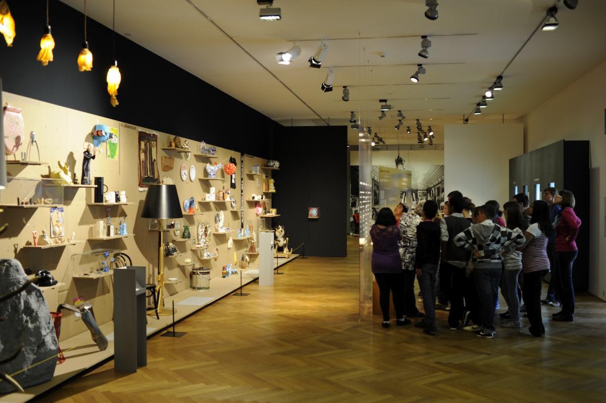 """Ausstellungsansicht """"Böse Dinge"""" des Werkbundarchiv - Museum der Dinge im Gewerbemuseum Winterthur"""