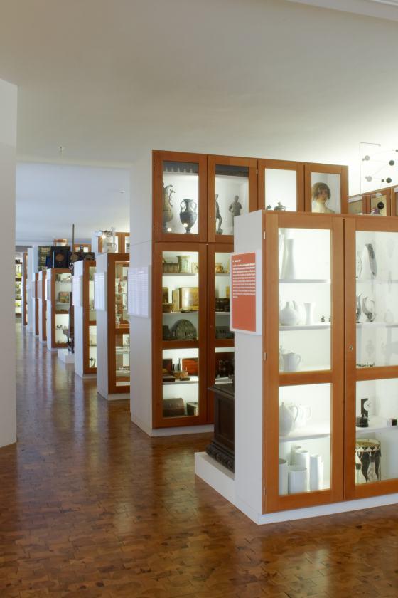 Blick in die Dauerausstellung des Werkbundarchiv - Museum der Dinge, Reihen hölzerner Vitrinenschränke
