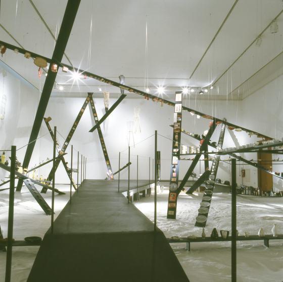 """Blick in die Sonderausstellung """"Sammeln in einem offenen System"""" im Werkbundarchiv - Museum der Dinge"""