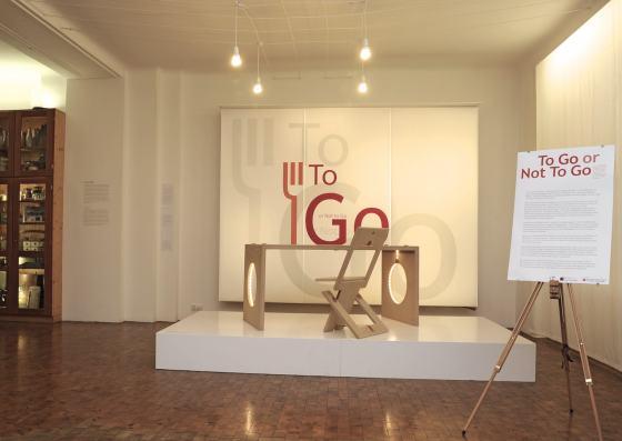 """Blick in die Sonderausstellung """"To Go or Not to Go"""" im Werkbundarchiv - Museum der Dinge"""